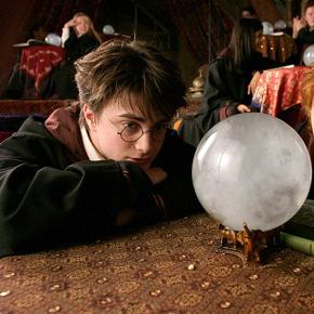 harry-daniel-radcliffe-e-ron-rupert-grint-fissano-la-sfera-di-cristallo-a-divinazione-nel-film-harry-potter-e-il-prigioniero-di-azkaban-141303